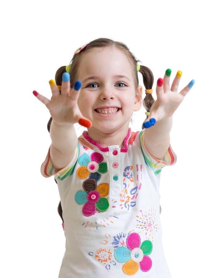 Εύθυμο κορίτσι παιδιών που παρουσιάζει χέρια της που χρωματίζονται στα φωτεινά χρώματα στοκ φωτογραφία με δικαίωμα ελεύθερης χρήσης