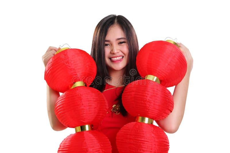 Εύθυμο κορίτσι που κρατά τα κόκκινα φανάρια, πορτρέτο κινηματογραφήσεων σε πρώτο πλάνο στο άσπρο υπόβαθρο στοκ εικόνες με δικαίωμα ελεύθερης χρήσης