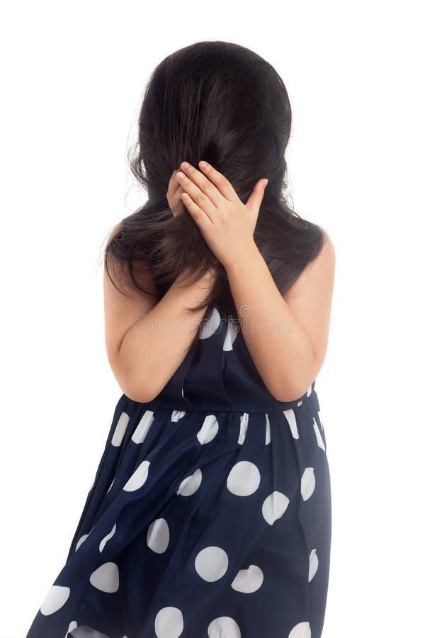 Εύθυμο κρύβοντας πρόσωπο μικρών κοριτσιών στοκ φωτογραφία με δικαίωμα ελεύθερης χρήσης