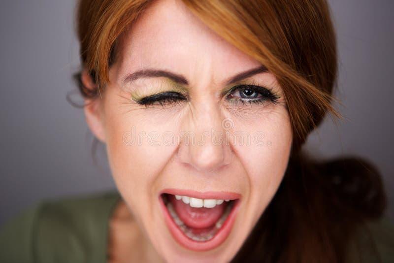 Εύθυμο μέσο ηλικίας κλείσιμο του ματιού γυναικών στοκ φωτογραφία με δικαίωμα ελεύθερης χρήσης