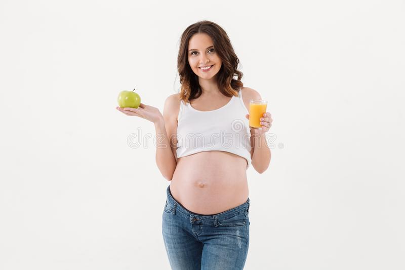 Εύθυμο μήλο εκμετάλλευσης χυμού κατανάλωσης εγκύων γυναικών στοκ εικόνες με δικαίωμα ελεύθερης χρήσης