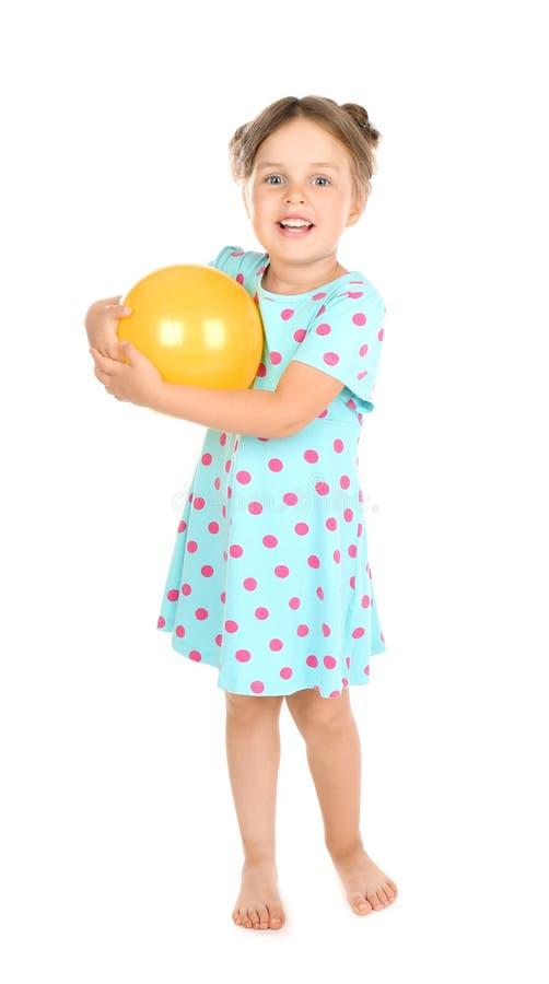 Εύθυμο μικρό κορίτσι με τη σφαίρα στο άσπρο υπόβαθρο στοκ εικόνα με δικαίωμα ελεύθερης χρήσης