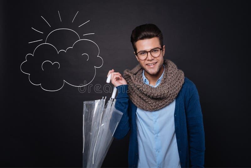 Εύθυμο μοντέρνο άτομο που κρατά μια ομπρέλα στοκ φωτογραφίες