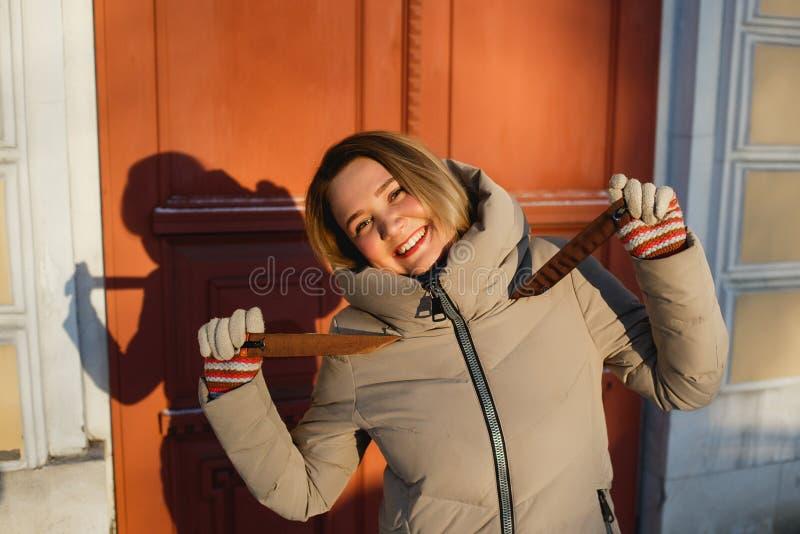 Εύθυμο μοντέρνο κορίτσι που απολαμβάνει το χειμερινό περίπατο μια παγωμένη ηλιόλουστη ημέρα Έννοια των ανθρώπων, του τρόπου ζωής  στοκ εικόνες