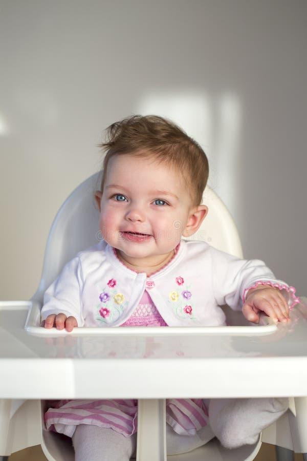 Εύθυμο μωρό σε Highchair στοκ εικόνα με δικαίωμα ελεύθερης χρήσης