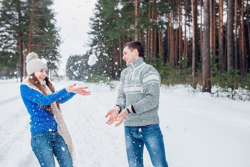 Εύθυμο νέο ζεύγος που έχει τη διασκέδαση στο χειμερινό πάρκο στοκ φωτογραφία με δικαίωμα ελεύθερης χρήσης