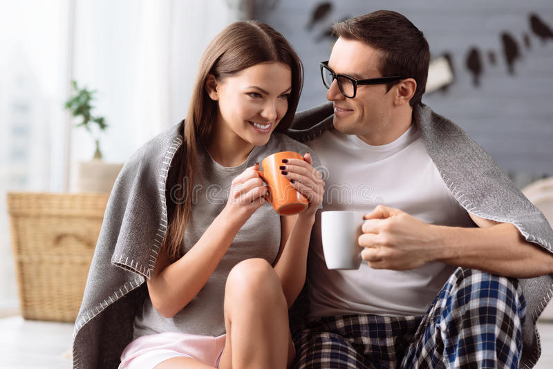 Εύθυμο νέο ζεύγος που απολαμβάνει τον καφέ στοκ εικόνα