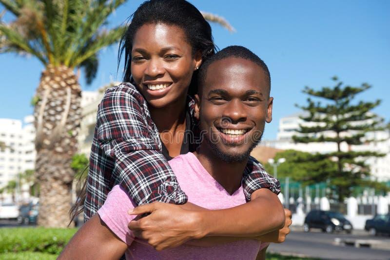 Εύθυμο νέο ζεύγος που απολαμβάνει το καλοκαίρι στοκ εικόνες