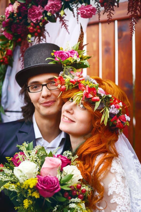 Εύθυμο νέο παντρεμένο ζευγάρι στοκ εικόνες με δικαίωμα ελεύθερης χρήσης