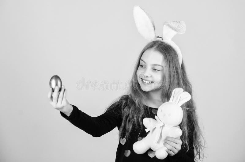 Εύθυμο παιδί με το μαλακό παιχνίδι Συναντήστε τις διακοπές άνοιξη Κυνήγια αυγών Πάσχας ως τμήμα του φεστιβάλ Κορίτσι λίγο λαγουδά στοκ εικόνες