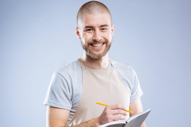 Εύθυμο συμπαθητικό άτομο που είναι έτοιμο να πάρει τις σημειώσεις στοκ φωτογραφία με δικαίωμα ελεύθερης χρήσης