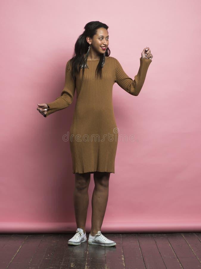 Εύθυμο χέρι εκμετάλλευσης αφροαμερικάνων θηλυκό επάνω στοκ εικόνα