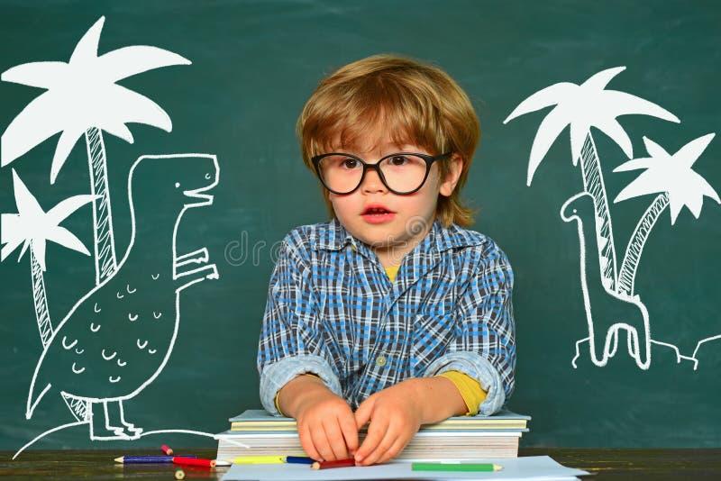 Εύθυμο χαμογελώντας παιδί στον πίνακα Έτοιμος για το σχολείο Παιδιά σχολείου Σκληρός διαγωνισμός στοκ φωτογραφία με δικαίωμα ελεύθερης χρήσης