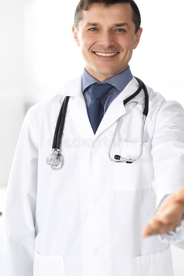 Εύθυμο χαμόγελο ατόμων γιατρών στη κάμερα, χέρι βοηθείας Τέλεια ιατρική υπηρεσία στην κλινική Ευτυχές μέλλον στην ιατρική και στοκ φωτογραφίες