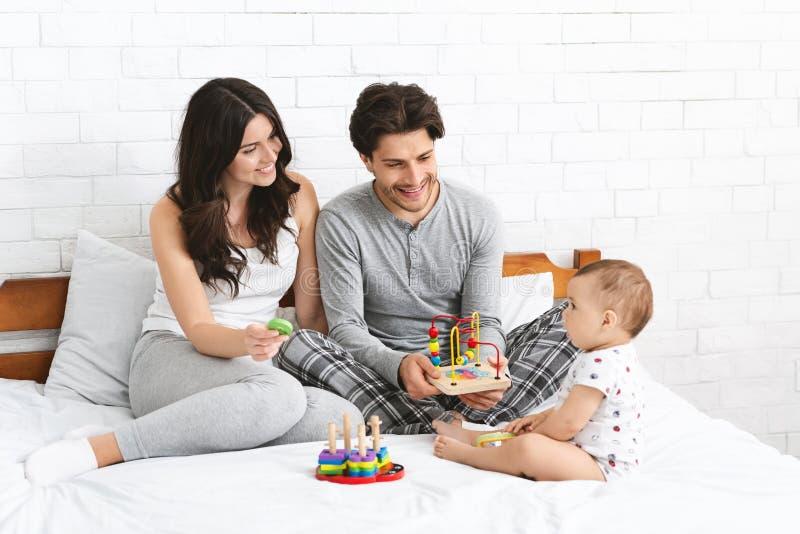 Εύθυμο χιλιετές παιχνίδι mom και μπαμπάδων με το γιο μωρών στοκ εικόνες