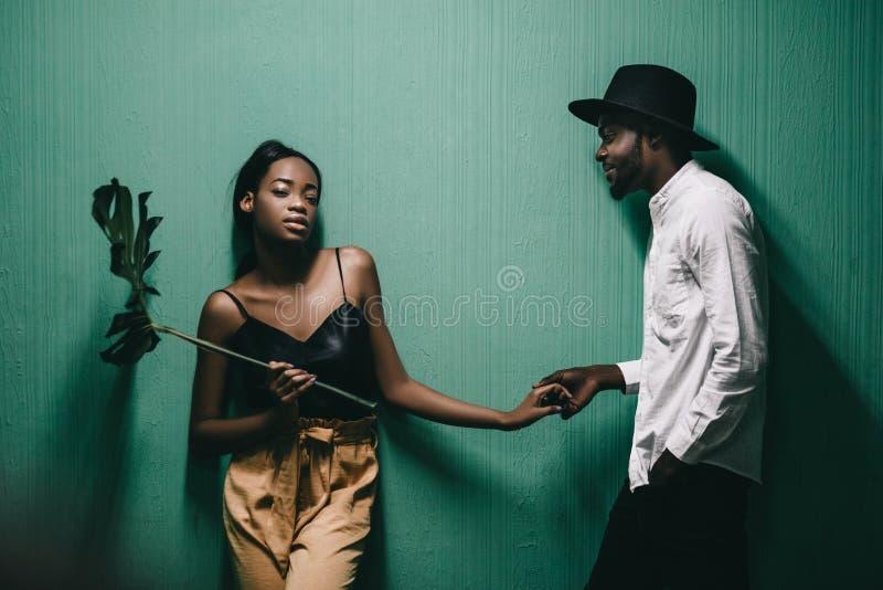 Εύθυμο όμορφο ζεύγος αφροαμερικάνων που εξετάζει το ένα το άλλο στοκ εικόνες με δικαίωμα ελεύθερης χρήσης