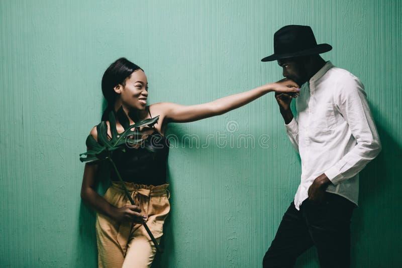 Εύθυμο όμορφο ζεύγος αφροαμερικάνων που εξετάζει το ένα το άλλο στοκ φωτογραφία με δικαίωμα ελεύθερης χρήσης