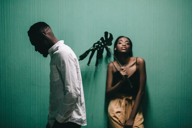 Εύθυμο όμορφο ζεύγος αφροαμερικάνων που εξετάζει το ένα το άλλο στοκ φωτογραφίες