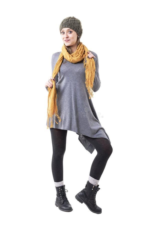 Εύθυμο όμορφο νέο κορίτσι ενδύματα χειμερινού στα μοναδικά ύφους που θέτουν και που κρατούν το σάλι στοκ φωτογραφία με δικαίωμα ελεύθερης χρήσης