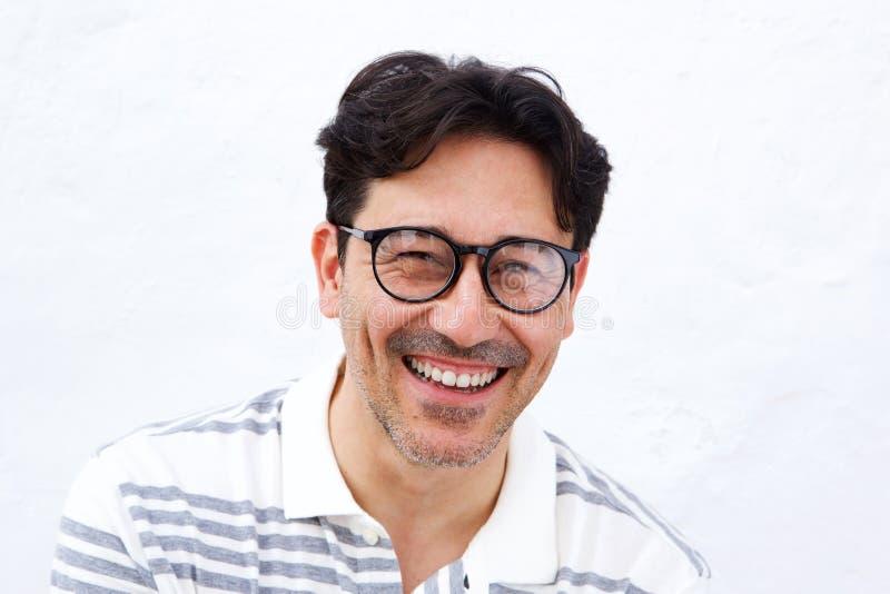 Εύθυμο ώριμο άτομο με τα γυαλιά που χαμογελά στο άσπρο κλίμα στοκ εικόνες με δικαίωμα ελεύθερης χρήσης