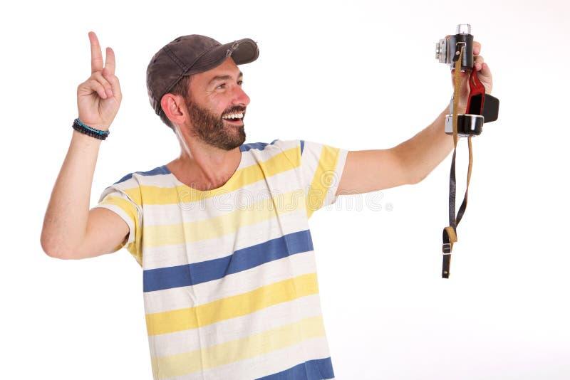 Εύθυμο ώριμο άτομο που παίρνει selfie με τη κάμερα στοκ εικόνες με δικαίωμα ελεύθερης χρήσης