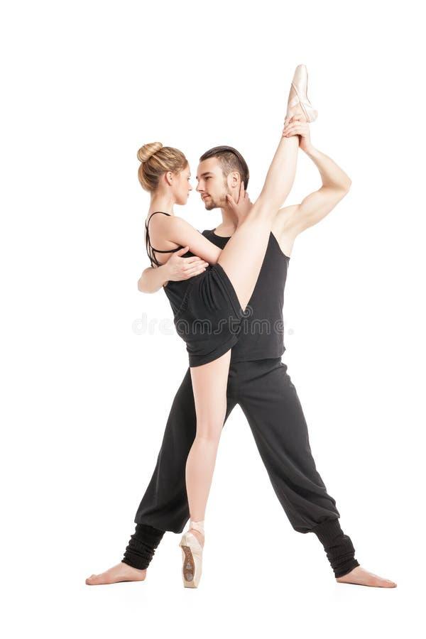 Εύκαμπτος χορευτής μπαλέτου στη διάσπαση με το συνεργάτη της στοκ φωτογραφία