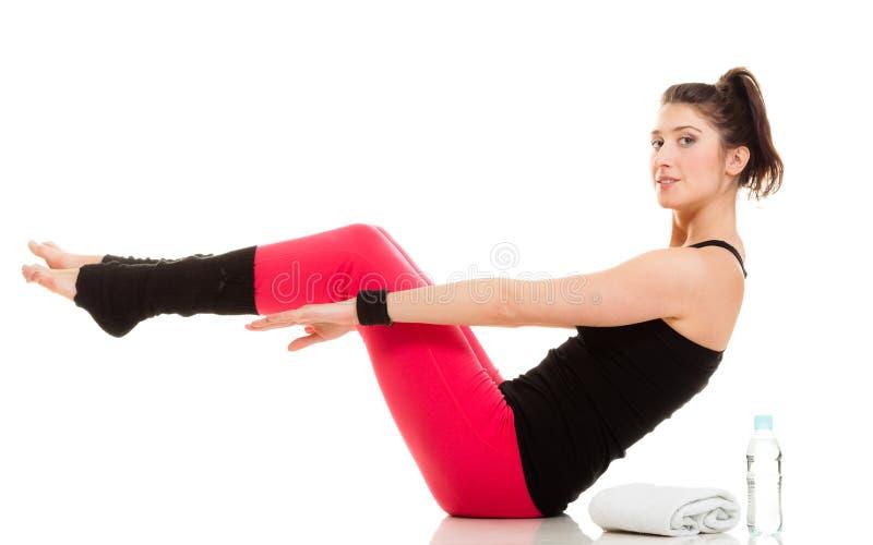 Εύκαμπτο κορίτσι που κάνει την τεντώνοντας pilates άσκηση στοκ φωτογραφία με δικαίωμα ελεύθερης χρήσης
