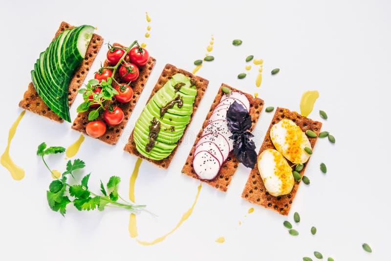 Εύκολα σάντουιτς στη wholegrain φρυγανιά τριξίματος με το αβοκάντο, ντομάτ στοκ εικόνες με δικαίωμα ελεύθερης χρήσης