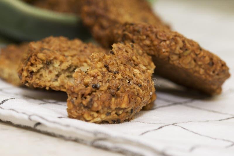Εύκολα σπιτικά μπισκότα με το μίγμα νιφάδων και σπόρων βρωμών στοκ εικόνα