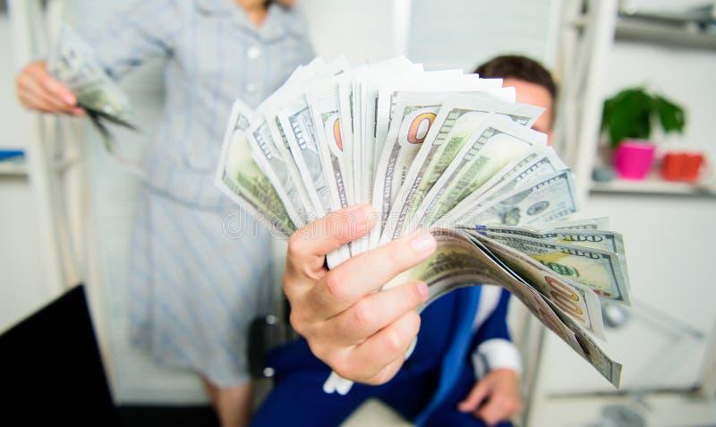 Εύκολες επιχειρησιακές άκρες κέρδους Εύθυμος ευτυχής επιχειρηματίας ατόμων με τα τραπεζογραμμάτια δολαρίων σωρών Έννοια κέρδους κ στοκ εικόνες