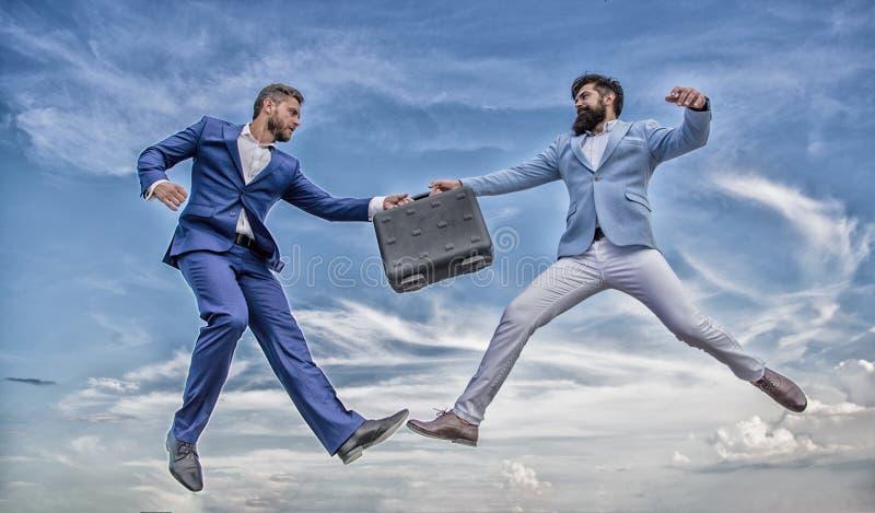 Εύκολη επιχείρηση διαπραγμάτευσης Οι επιχειρηματίες πηδούν το μέσο αέρα μυγών ενώ χαρτοφύλακας λαβής Περίπτωση με την αύξηση η επ στοκ εικόνες