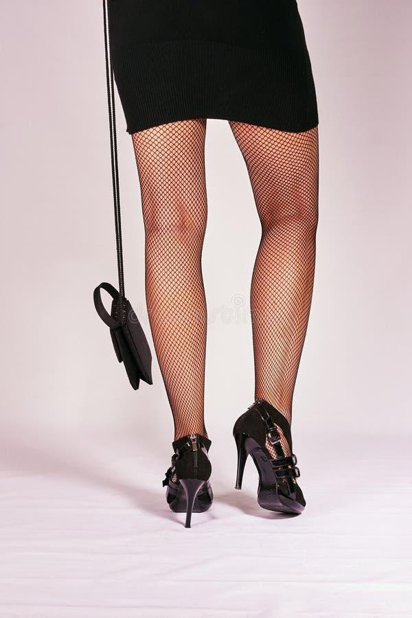 Εύμορφα πόδια στις μαύρες γυναικείες κάλτσες στοκ φωτογραφία με δικαίωμα ελεύθερης χρήσης
