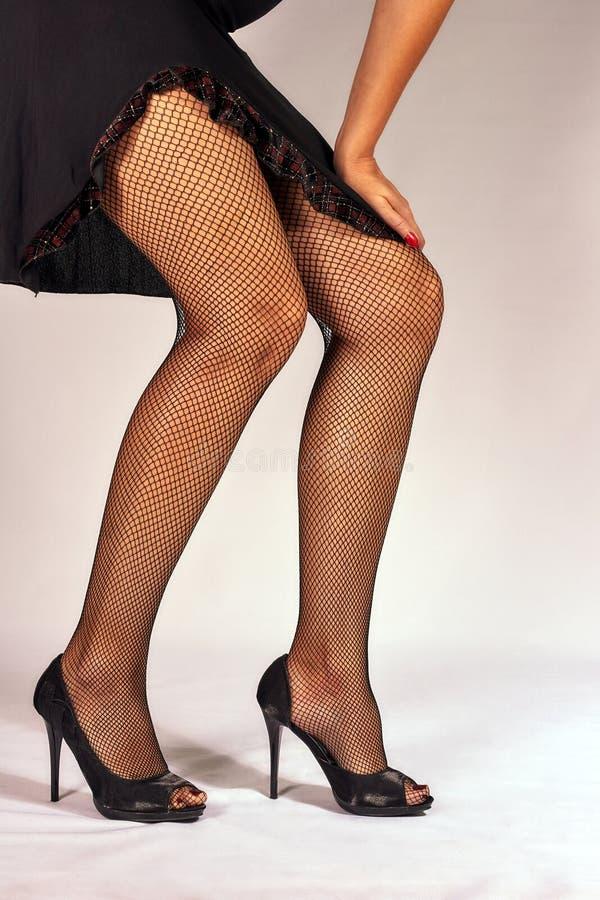 Εύμορφα πόδια στις μαύρες γυναικείες κάλτσες στοκ φωτογραφίες