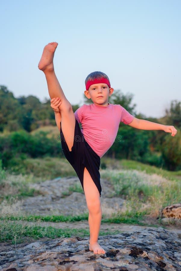 Εύπλαστο νέο αγόρι που κάνει τις ασκήσεις στοκ εικόνες