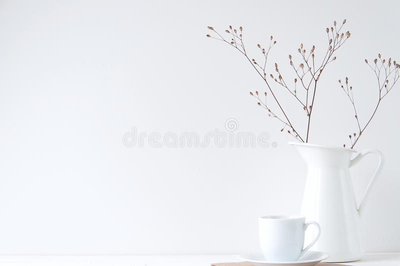 Ελάχιστη κομψή σύνθεση με το φλυτζάνι καφέ και το άσπρο βάζο στοκ φωτογραφία με δικαίωμα ελεύθερης χρήσης