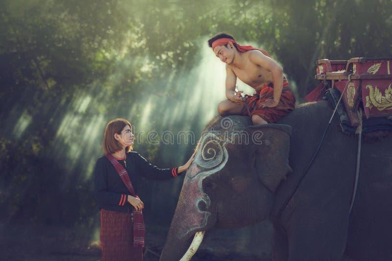 Ελέφαντας με το ασιατικό κορίτσι στοκ φωτογραφία