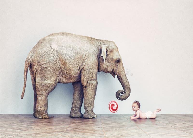 Ελέφαντας μωρών και ανθρώπινο μωρό ελεύθερη απεικόνιση δικαιώματος
