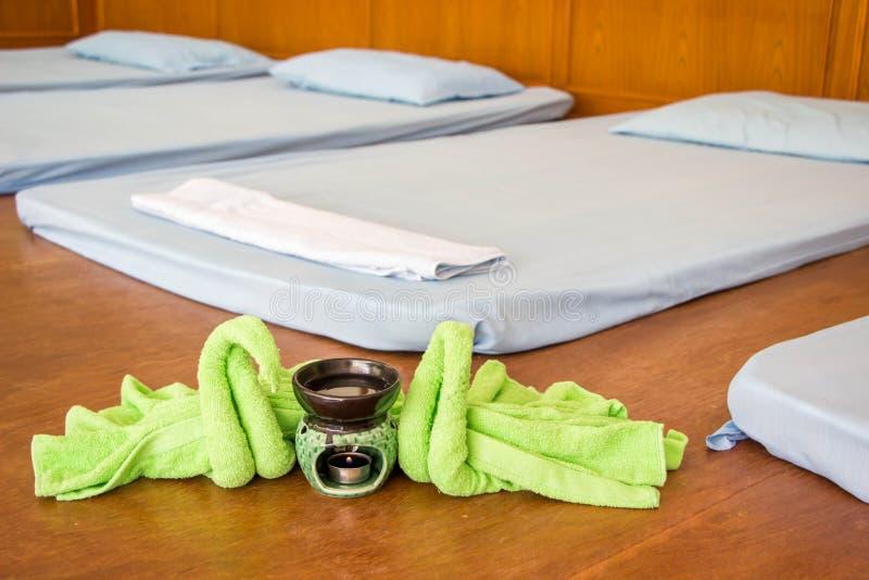 Ελαιολυχνίες SPA, που διπλώνουν το ύφασμα, δωμάτιο μασάζ SPA στοκ εικόνα