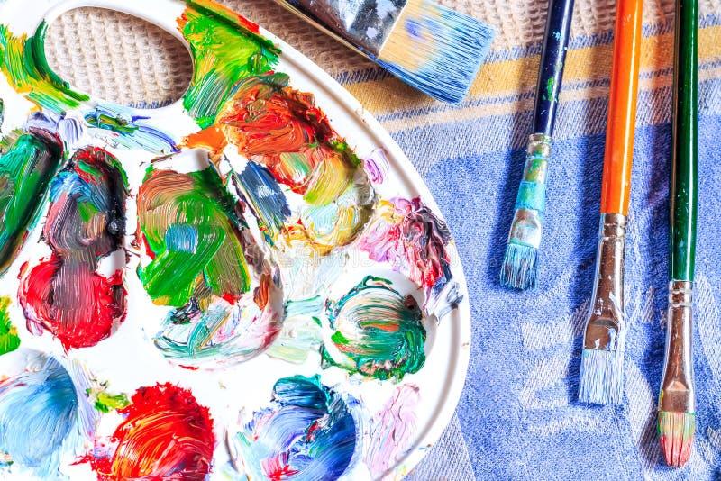 Ελαιόχρωμα, διαφορετικοί τύποι βουρτσών και παλέτα στοκ φωτογραφία με δικαίωμα ελεύθερης χρήσης