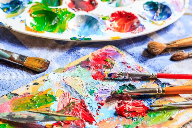 Ελαιόχρωμα, διαφορετικοί τύποι βουρτσών και παλέτα στοκ εικόνες
