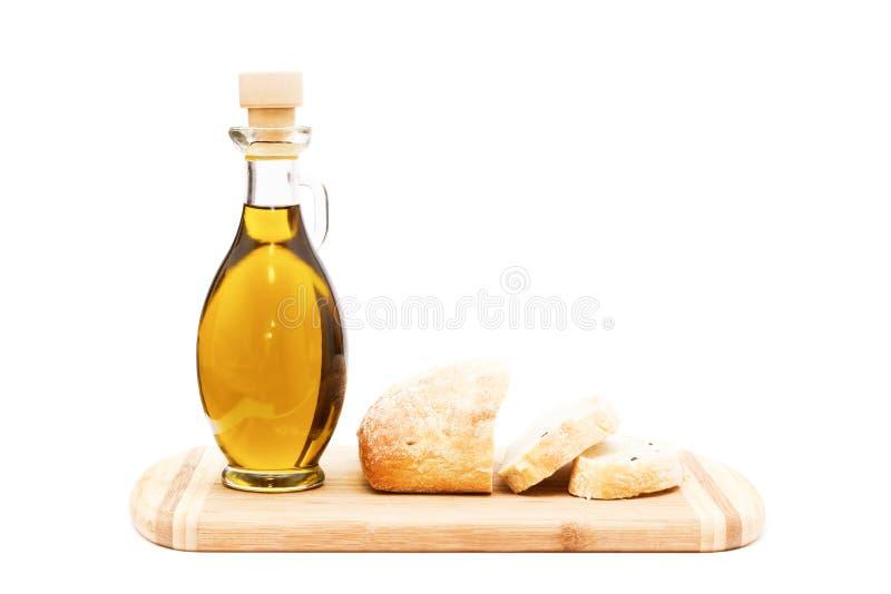 Ελαιόλαδο και τεμαχισμένο ψωμί στον τέμνοντα πίνακα στοκ εικόνα με δικαίωμα ελεύθερης χρήσης