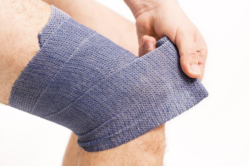 Ελαστικός επίδεσμος ατόμων στο γόνατο στοκ εικόνες