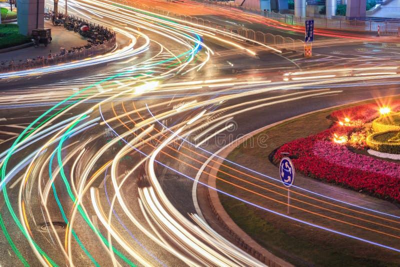 Ελαφριά ίχνη αυτοκινήτων στο δρόμο στοκ φωτογραφία