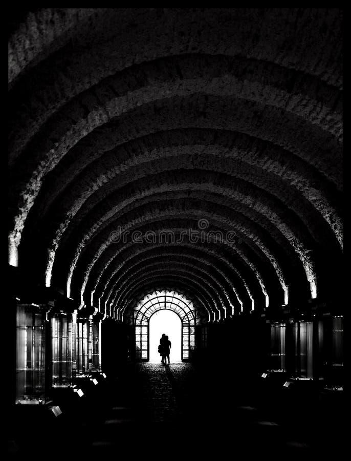 Ελαφριά σκιαγραφία του ερωτευμένου περπατήματος ζευγών στοκ εικόνες