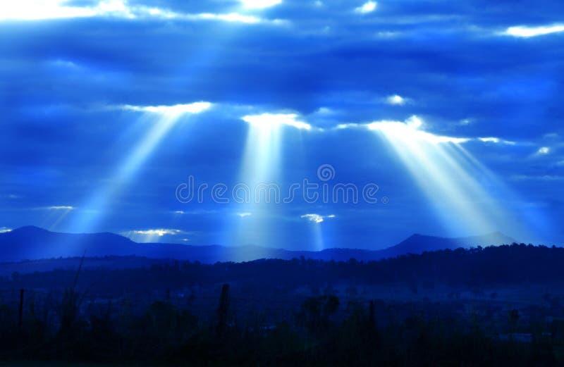 Ελαφριές ακτίνες από το πυροβολισμό ουρανού κάτω πέρα από την κοιλάδα στοκ φωτογραφία με δικαίωμα ελεύθερης χρήσης