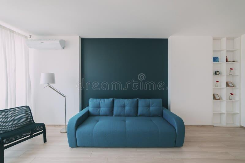 Ελαφρύ εσωτερικό με το δάπεδο σε ένα σύγχρονο διαμέρισμα στοκ φωτογραφίες