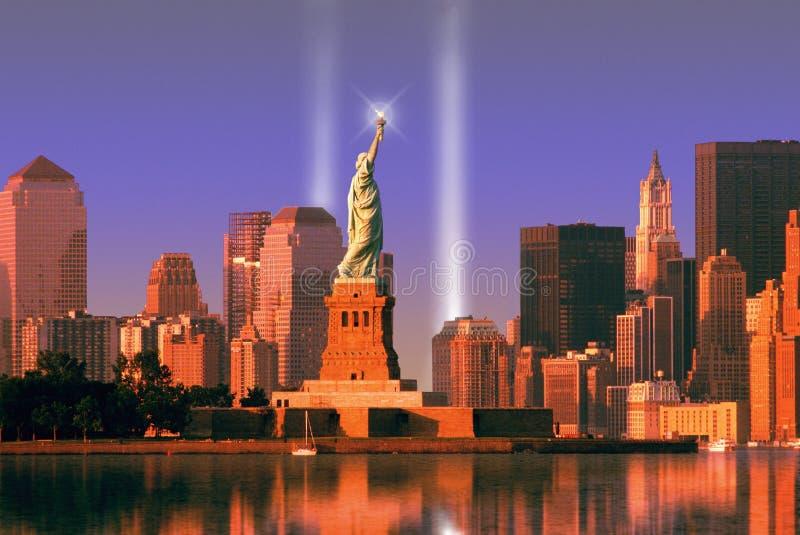 Ελαφρύ μνημείο του World Trade Center πίσω από το άγαλμα της ελευθερίας στοκ εικόνα με δικαίωμα ελεύθερης χρήσης