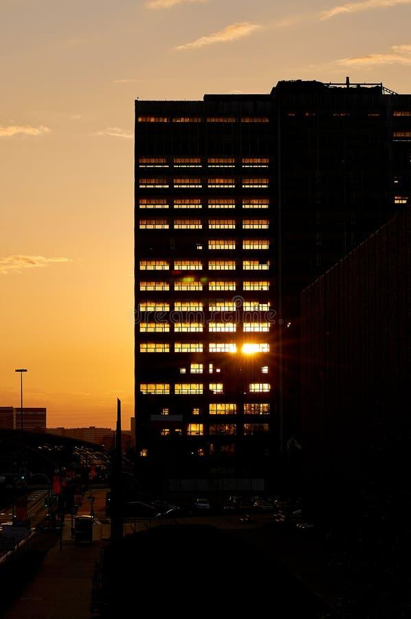 Ελαφρύ να περάσει ηλιοβασιλέματος από το σκελετό του αποσυναρμολογημένου κτηρίου Deconstruction του παλαιού ουρανοξύστη γραφείων στοκ εικόνες με δικαίωμα ελεύθερης χρήσης