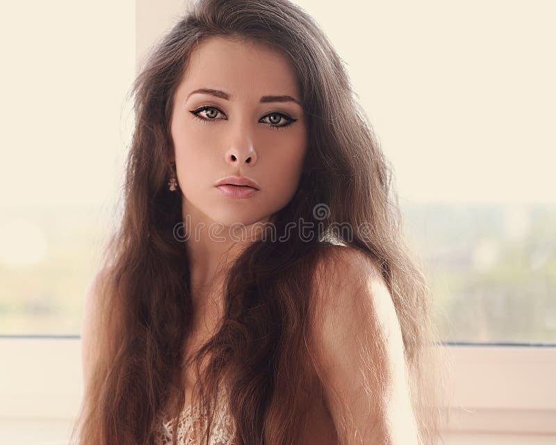 Ελαφρύ πορτρέτο τέχνης της όμορφης γυναίκας με το ρομαντικό βλέμμα στοκ φωτογραφίες