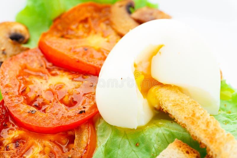 Ελαφρύ πρόγευμα με το μαλακά αυγό, την ντομάτα και croutons στοκ εικόνες